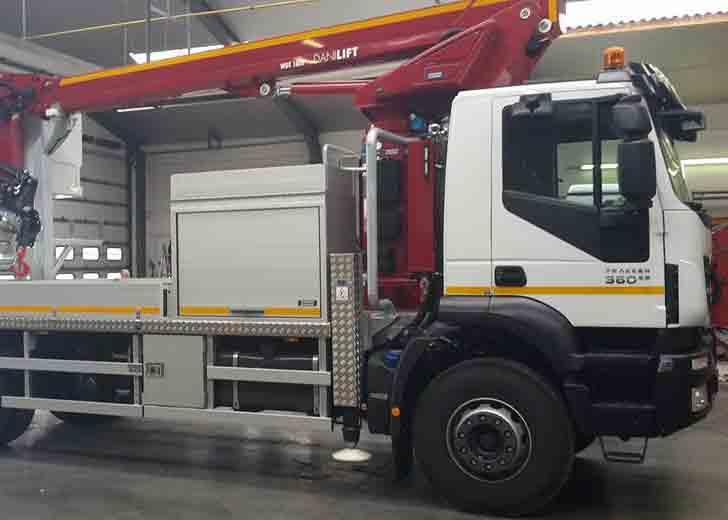 Combinatie machine op een Iveco truck
